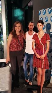 María Teresa López posa con los protagonistas de Fatmagul.